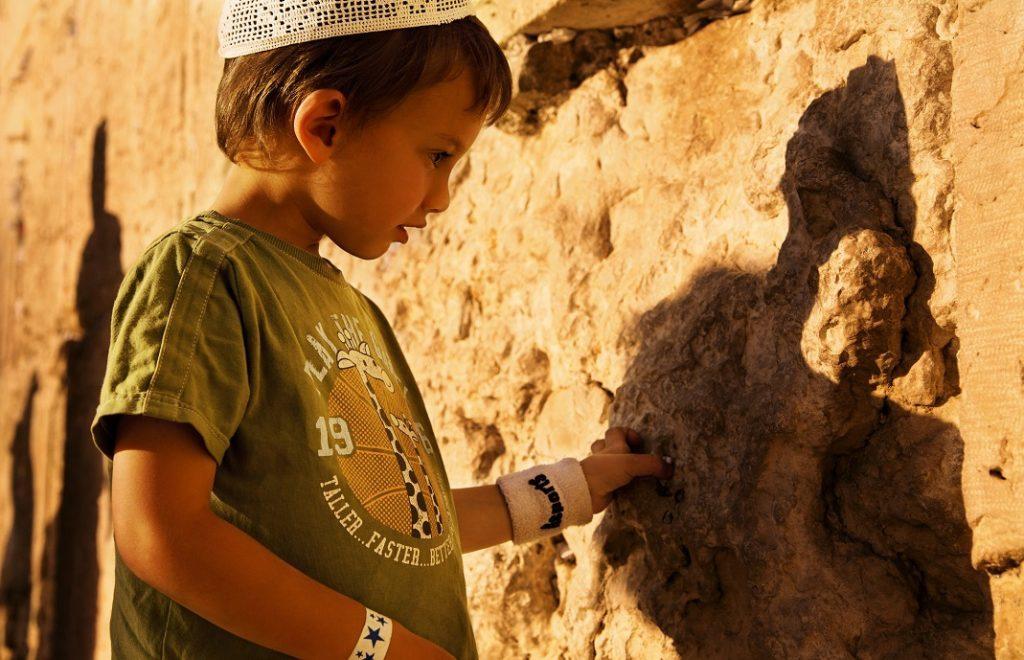 Child near Western Wall, Noam Chen, IMOT
